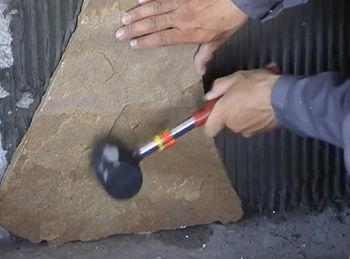 Фиксировать материал необходимо снизу вверх, используя при этом резиновый молоток для уплотнения