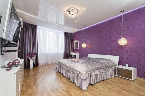Фиолетовое покрытие стен отлично сочетается с темными занавесками, но только при наличии светлых полов и такого же потолка