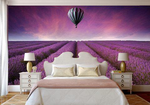 Фиолетовые фотообои позади кровати