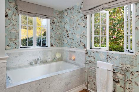 Флизелиновые обои справляются даже с условиями ванной комнаты
