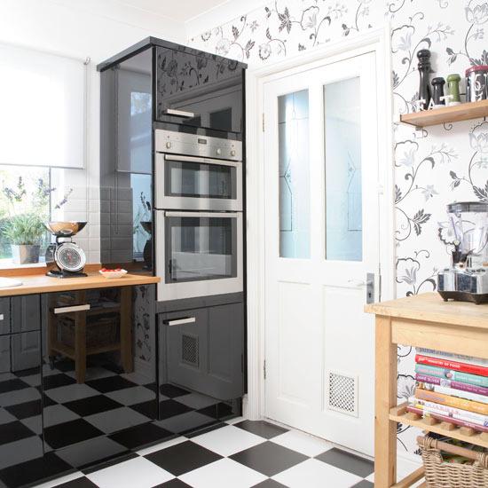 Флизелиновые цветочные обои на кухне