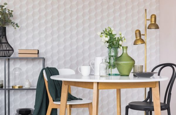 Вместо вычурности внесите практичный декор – необычный светильник или стильное зеркало