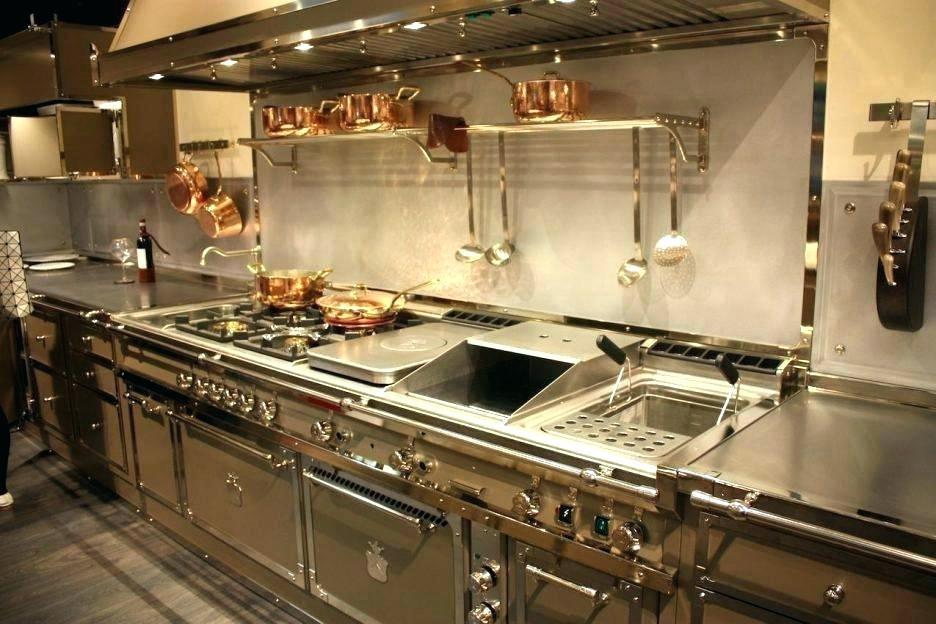 Пример кухонных поверхностей с элементами из цветного металла