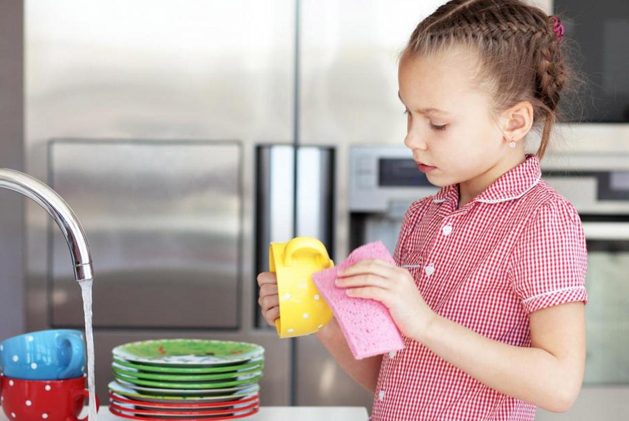 Ребенку 3-4 лет можно доверять протирать посуду, если она небьющаяся, или неострые столовые приборы. И не забываем хвалить: мальчиков – за выполненную задачу, девочек – просто за то, что они такие хорошие и маме помогают.