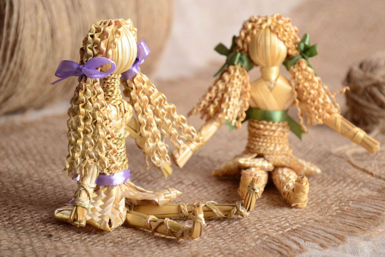 В наше время кукол из соломы не обязательно плести самому, можно купить их у мастериц через интернет. Хотя изготовленную куклу самостоятельно можно лучше вписать в цветовую гамму Вашей квартиры.