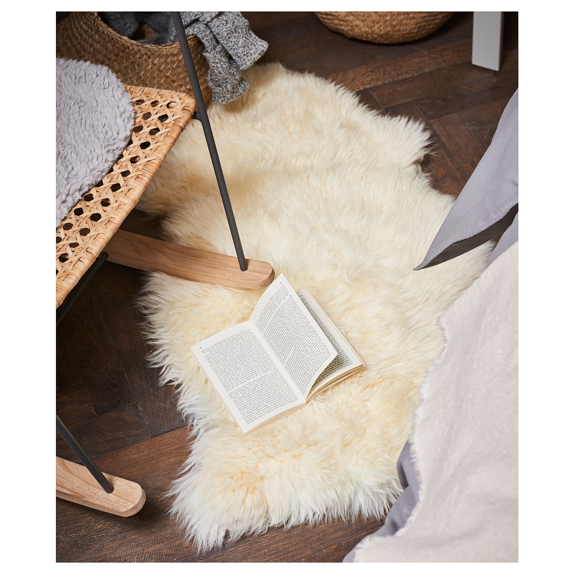 Коврик из самой настоящей овечьей шерсти. Он украсит не только пол, но и любую мебель, станет изюминкой интерьера. Удивительно, но этот коврик из овчины можно постирать в стиральной машинке на деликатной стирке!