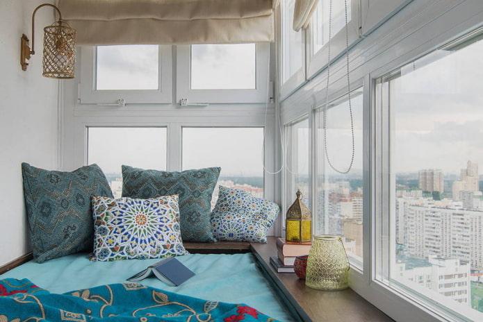 Главное чтобы дизайн спальни гармонично сочетался по стилю с остальной квартирой. Грамотно переоборудовав пространство на балконе, Вы получите, пожалуй, самое уютное и уединенное место во всей квартире. Уверен, что такая спальня станет любимым Вашим местом в квартире. Если у Вас недостаточно идей по организации пространства, можете подсмотреть их на ютубе, как это сделал я.