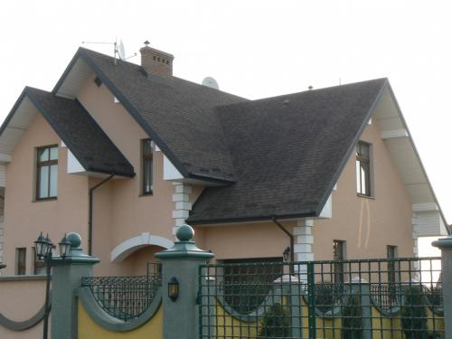 Фото дома облицованного короедом.