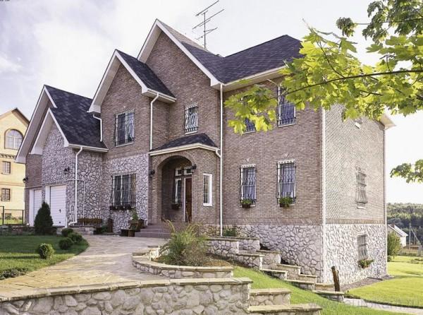 Фото дома, отделанного камнем.