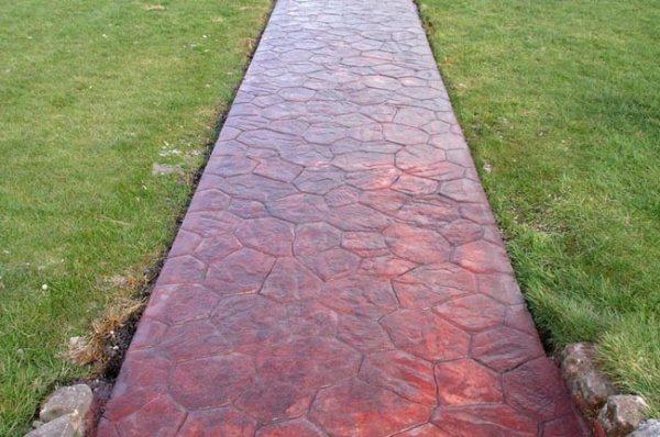 Фото: дорожка, покрытая специальным составом, смотрится гораздо привлекательнее серой бетонной поверхности