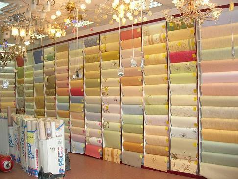 Фото магазинной витрины бумажных рулонов