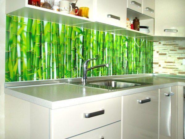 Фото: на фартуках отлично смотрятся фотообои с бамбуком, покрытые слоем винила для увеличения прочности