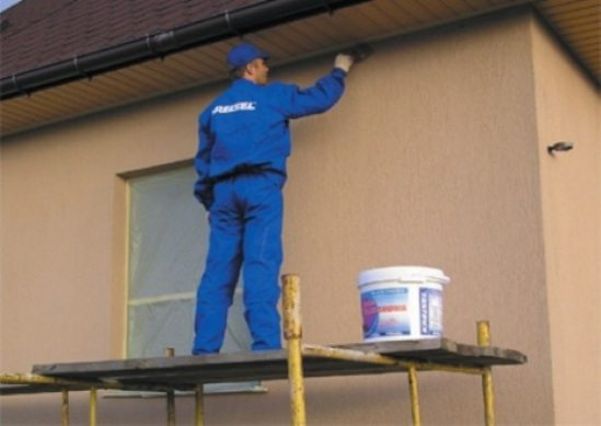 Фото процесса окрашивания дома акрилатной краской