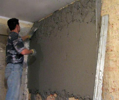 Фото процесса: оштукатуривание стены с использованием правила