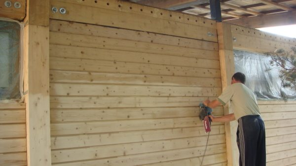 Фото процесса шлифовки стены сруба