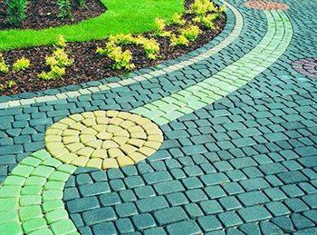 Фото раскрашенной тротуарной плитки в ландшафтном дизайне