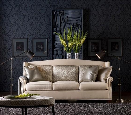 Фото светлого дивана на чёрном фоне выглядит потрясающе