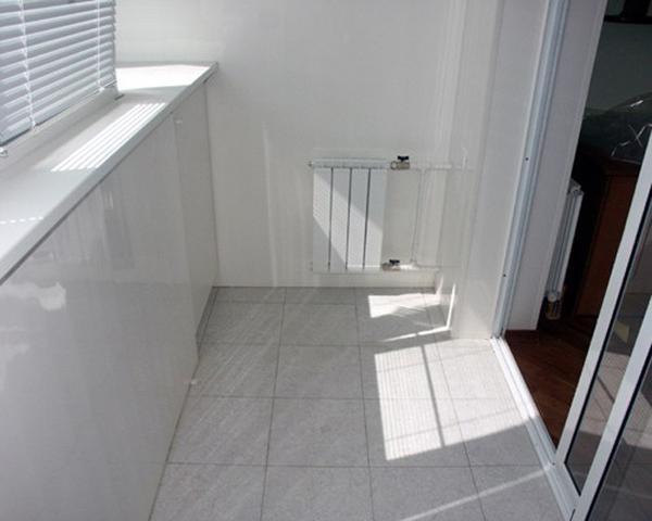 Фото утепленного балкона, отделанного пластиком.