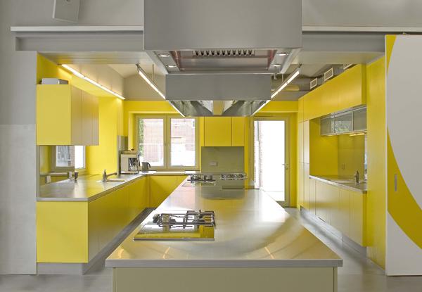 Фото желтой кухни на светлом фоне.