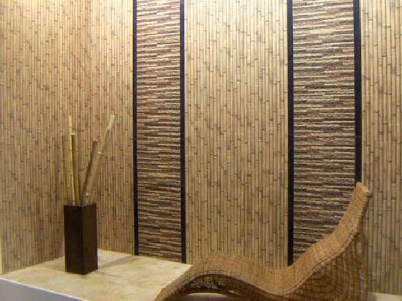 Фрагмент стены с покрытием из натурального бамбука.