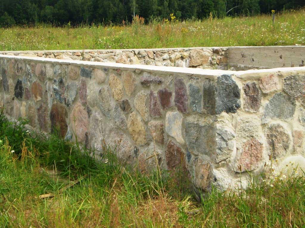 Фундамент уже может быть возведен из натуральных камнем – после этого вам не потребуется дополнительная отделка