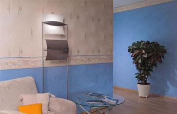 Гармоничное объединение гостиной с коридором при помощи разноцветных обоев