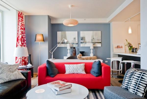 Главные акцентные элементы – красный диван и созвучная ему занавеска