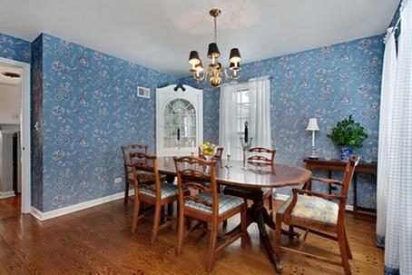 Голубая тональность в светлой гостиной
