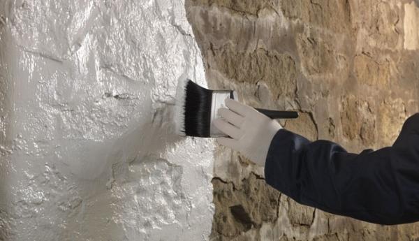 Грунтование стен кистью