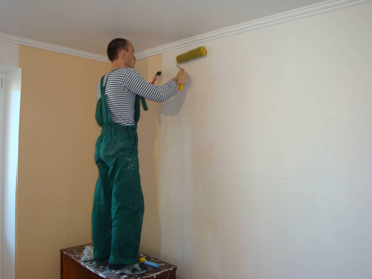 Грунтование стены помогает увеличить сцепление клея с основанием