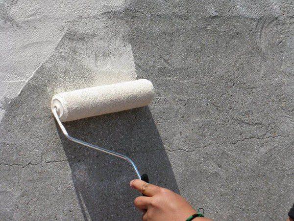 Грунтовка для бетона для наружных работ наносится валиком.