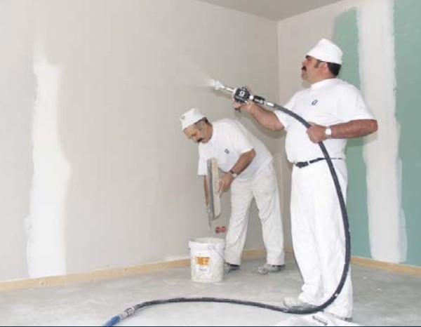 Грунтовка поверхности стены с помощью пульверизатора