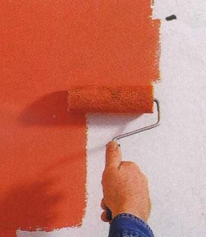 Грунтовка стен перед покраской позволит получить тонкий и равномерный слой, который придется наносить всего один раз, что значительно поможет сэкономить