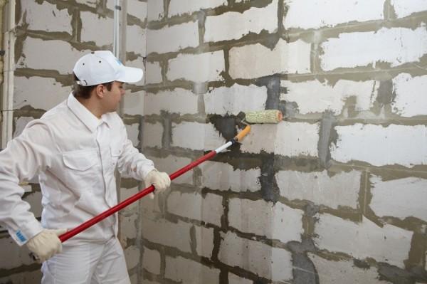 Грунтовка стен под шпаклевку с помощью валика