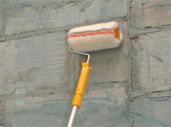 Грунтовка улучшает многие параметры основания, перед его штукатуркой.