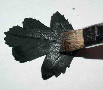 И не нужно никаких особых усилий, чтобы ответить на вопрос, как красить полимерную глину – хорошая кисточка и проверенная краска