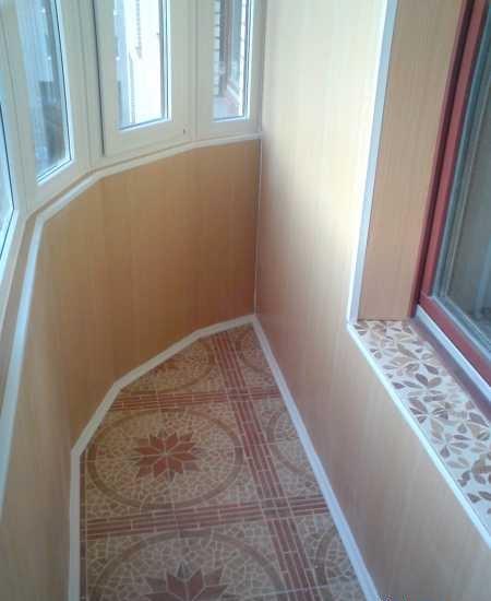 Идеально обработать радиусную стену невозможно, но и как на фото – вполне удобоваримо