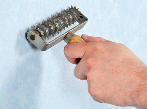 Игольчатый валик нарушит герметичность виниловой пленки.