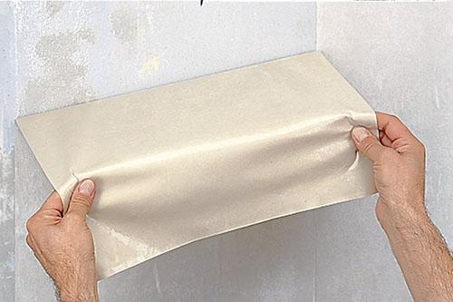 Иногда вопрос, как снять старые моющиеся обои со стен, решается очень просто: руками листы аккуратно снимаются со стен