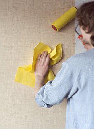 Инструкция завершается привычными действиями по разглаживанию обоев на отделываемой поверхности