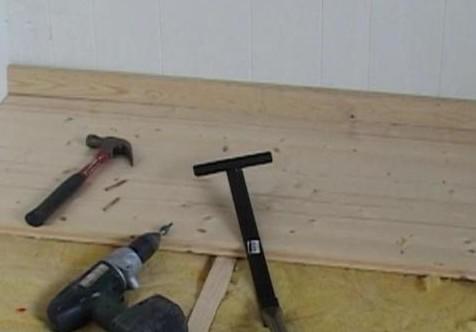 Инструменты для укладки пола из дерева.