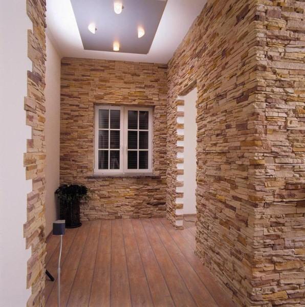 Интерьер прихожей, отделанной декоративным камнем.