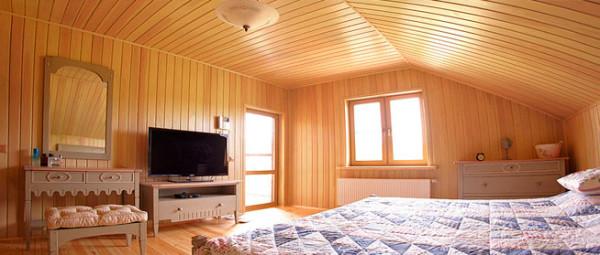 Интерьеры с отделкой стен вагонкой отличаются особой красотой и уютом.