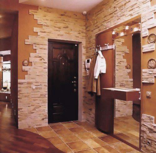 Интересная отделка откосов входной двери декоративным камнем