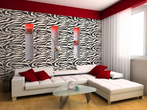 Интересный узор обоев и яркий цветовой акцент придают этой гостиной особый шарм