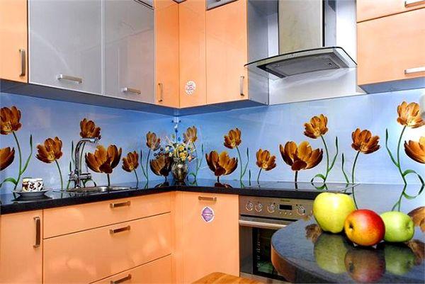 Искусно подобранная композиция на фартук способна изменить вид всей кухни