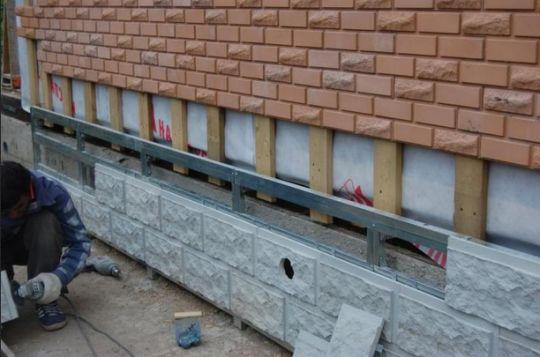 Искусственный камень подходит не только для облицовки фундамента, но и для фасада вашего загородного дома