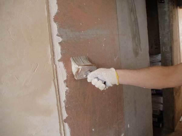 Использование грунтовок значительно увеличивает уровень адгезии, что позволяет наносить раствор поверх краски