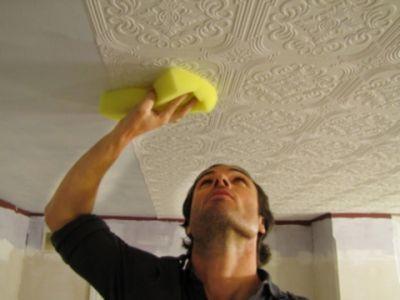 Использование губки для процесса грунтования поможет заполнить все углубления рельефа такого покрытия