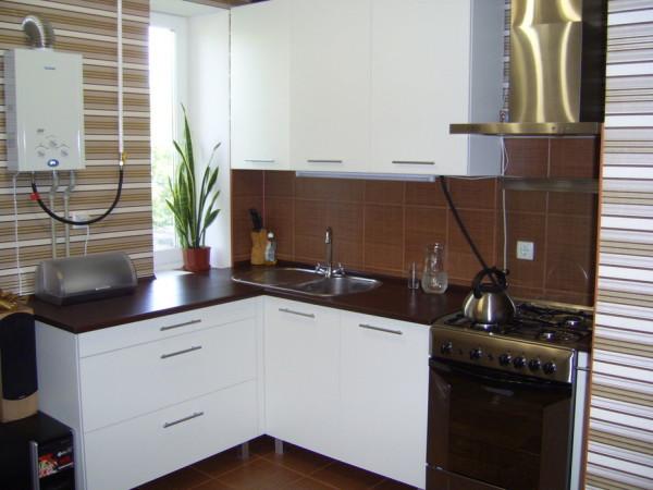 Использование коричневых обоев на кухне